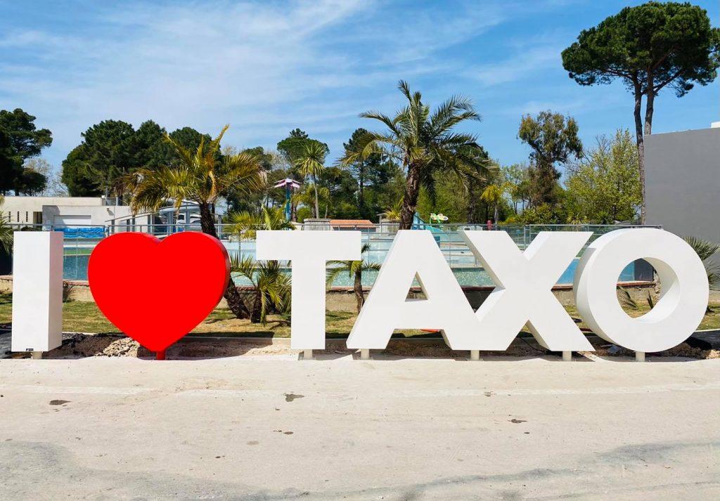 Les lettres XXL TAXO scellées au sol